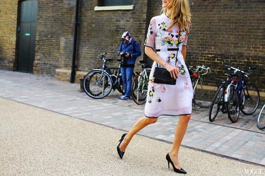 36c458317601 10 τρόποι για να φορέσεις ένα floral φόρεμα - Όλα Για Την Γυναίκα