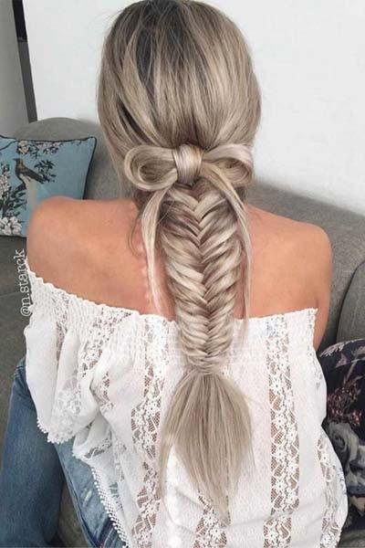 15bc96e894f1 Οι πλεξούδες όλων των ειδών μπορούν να αποτελέσουν μέρος ή και ολόκληρο το  χτένισμα σας για το ρεβεγιόν. Είναι εντυπωσιακές και προσθέτουν στα μαλλιά  μια ...